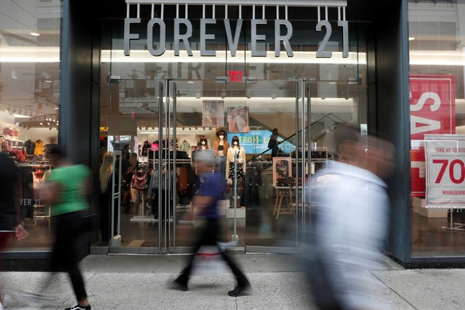 Orang-orang berjalan melewati gerai pengecer pakaian Forever 21 di New York City, AS, 12 September 2019. - Reuters/Shannon Stapleton