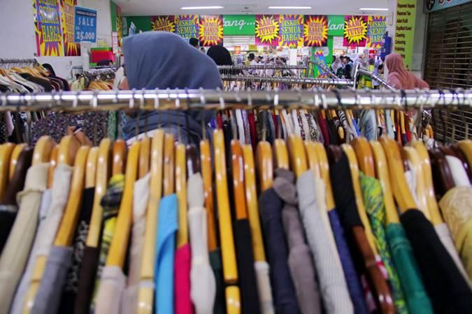 Ilustrasi-Konsumen memilih barang kebutuhan di salah satu gerai supermarket - Bisnis/Triawanda Tirta Aditya