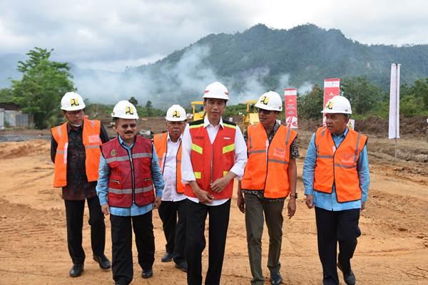 Presiden Joko Widodo (ketiga kanan) di sela-sela peresmian pembangunan jalan tol Padang-Sicincin, di Jalan Bypass Kilometer 0, Padang, Sumatra Barat, Jumat (9/2/2018). - Setkab/Anggun