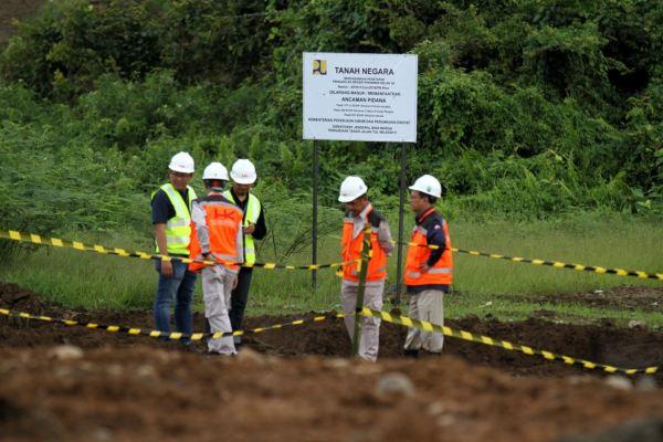 Sejumlah petugas mengamati lahan proyek jalan tol Padang-Sicincin yang sudah dibebaskan. - Foto/foto: Arief Hermawan P.