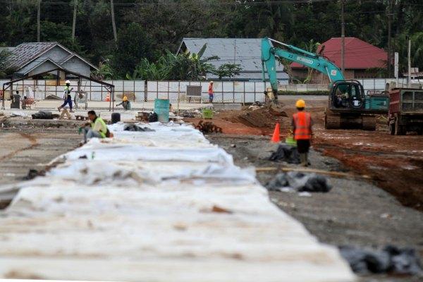 Sejumlah pekerja sedang melakukan pengecoran pada proyek jalan tol Padang-Sicincin, Rabu (4/12/2019). - Bisnis/Arief Hermawan P.