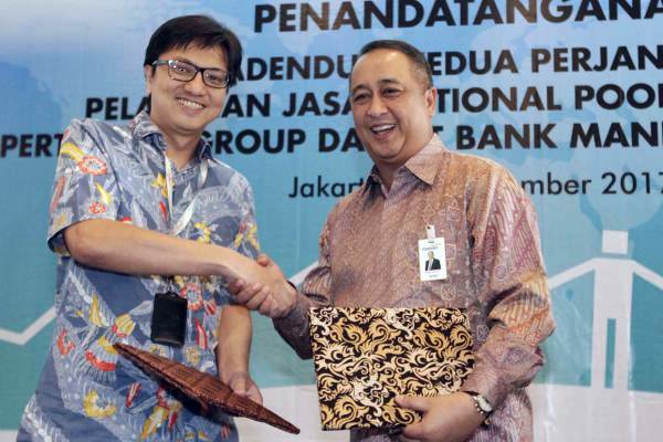 Direktur Keuangan Pertamina Arief Budiman (kiri) dan Direktur Wholesale Banking Bank Mandiri Royke Tumilaar berjabat tangan seusai menandatangani naskah perjanjian kerja sama mengenai Pemanfaatan Layanan Notional Pooling, di Jakarta, Rabu (20/9). - JIBI/Nurul Hidayat
