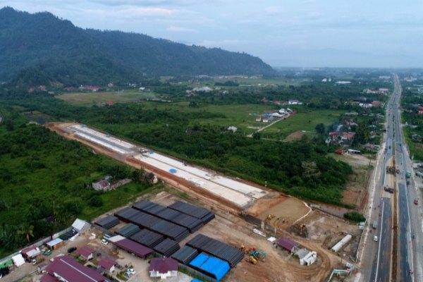 Foto aerial pembangunan jalan tol Padang-Sicincin, Rabu (4/12/2019) terlihat mandek karena terkendala pembebasan lahan. - Bisnis/Arief Hermawan P.