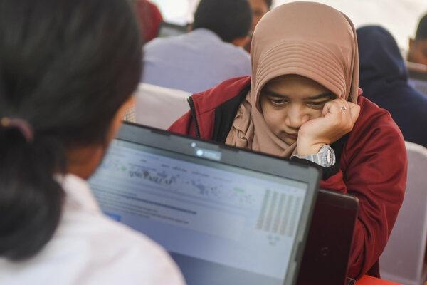 Peserta mengikut simulasi tes Calon Pegawai Negeri Sipil (CPNS) berbasis Computer Assisted Test (CAT) saat car free day di Kawasan Sarinah, Jakarta, Minggu (8/12/2019). Pemerintah melalui Badan Kepegawaian Negara (BKN) menyelenggarakan simulasi tes berbasis CAT untuk para peserta CPNS 2019 guna menyiapkan Seleksi Kompetensi Dasar (SKD) yang rencananya akan digelar pada Januari 2020. - Antara/Galih Pradipta