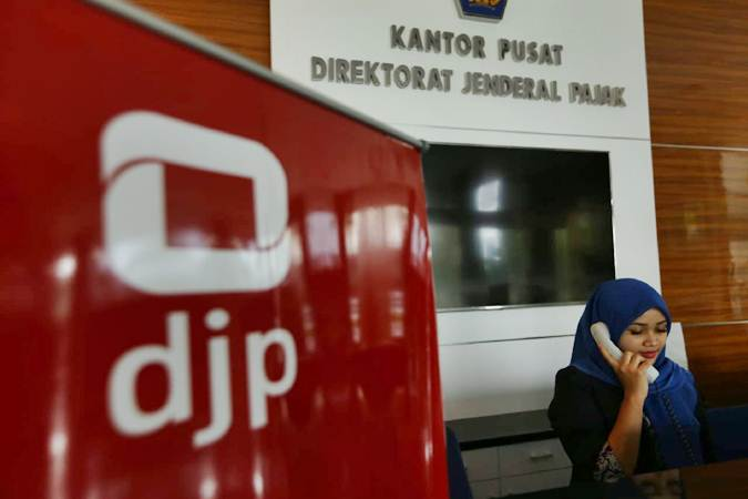 Karyawan berkomunikasi di kantor pusat Direktorat Jenderal Pajak di Jakarta, Senin (10/6/2019). - Bisnis/Nurul Hidayat
