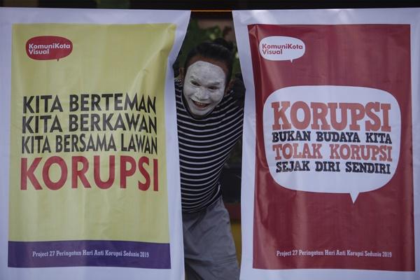 Seniman asal Aceh, Rasyidin Wig Maroe menampilkan pertunjukan pantomim di hadapan siswa SD Negeri Mojosongo VI Solo, Jawa Tengah, Senin (9/12/2019). Aksi memperingati Hari Antikorupsi Sedunia tersebut untuk mengedukasi siswa sekolah dasar agar menolak budaya korupsi - ANTARA FOTO/Maulana Surya
