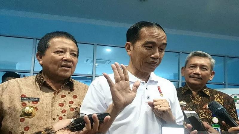 Presiden Joko Widodo usai meninjau penggunaan BPJS Kesehatan di RS Abdul Moeloek, Bandar Lampung, Jumat (15/11/2019). - Antara