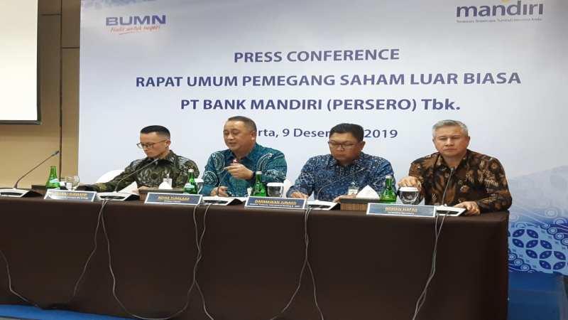 Direktur Utama PT Bank Mandiri (Persero) Tbk. Royke Tumilaar (kedua dari kiri) saat jumpa pers hasil rapat umum pemegang saham luar biasa, Senin (9/12/2019). - Bisnis/Ipak Ayu H.N.