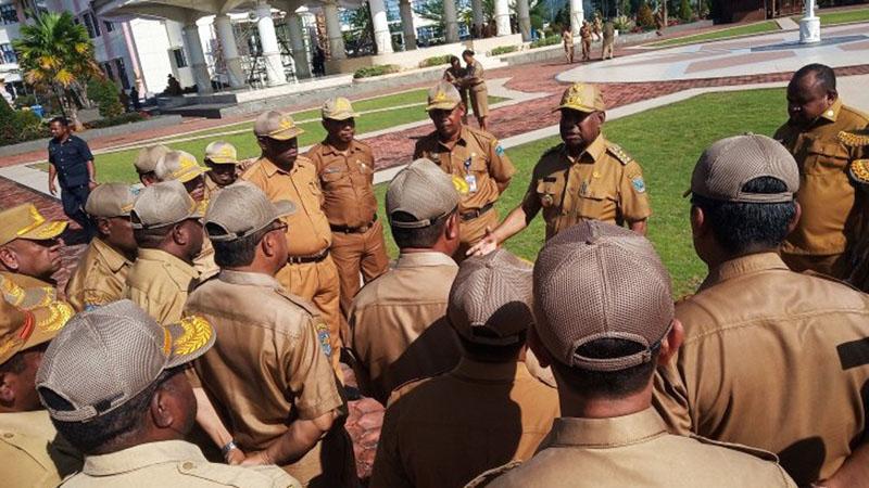 Gubernur Papua Barat Dominggus Mandacan (menghadap kamera kedua kanan) memberi arahan kepada para pimpinan OPD usai apel agar mempercepat penyusunan RKA kepada Bappeda. - Antara/Toyiban