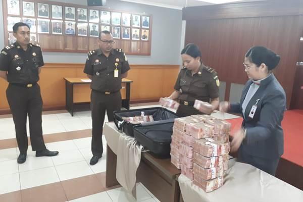 Petugas sedang memeriksa pembayaran denda pidana sebesar Rp3 miliar dari terpidana mantan Kepala Divisi Kartu Kredit Bank Sinar Mas Husni Salikin. - Istimewa