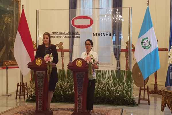 Menteri Luar Negeri Guatemala Sandra Erica Jovel Polanco dan Menteri Luar Negeri Indonesia Retno Marsudi memberikan pernyataan pers bersama usai melakukan pertemuan bilateral di Kantor Kementerian Luar Negeri, Selasa (10/12/2019) - Denis Riantiza M