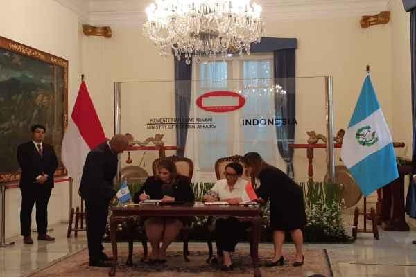 Menteri Luar Negeri Guatemala Sandra Erica Jovel Polanco dan Menteri Luar Negeri RI Retno Marsudi menandatangani MoU mengenai Pembentukan Konsultasi Bilateral di Kementerian Luar Negeri, Jakarta, Selasa (10/12/2019) - Denis Riantiza M