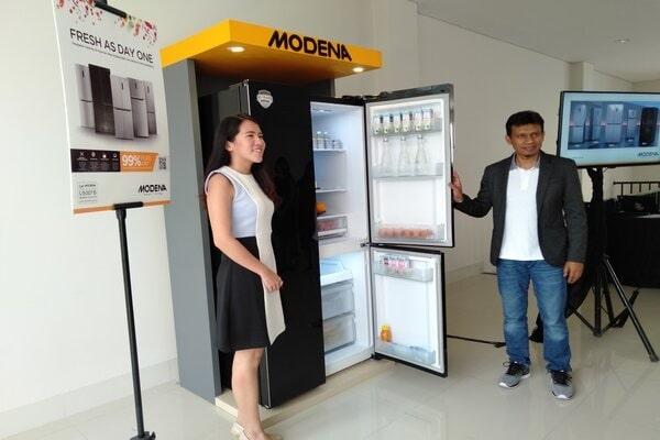 Branch Manager PT Modena Indonesia Cabang Semarang, Budi Iskandar (kanan) saat menunjukkan produk terbaru lemari es Modena Smart Sensor Refrigerators di Semarang. - Bisnis/Alif Nazzala R.