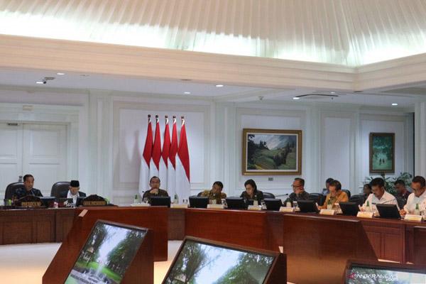 Presiden Jokowi berbicara dalam rapat terbatas dengan topik