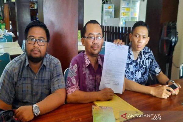 Johan Syafaat Mahanani (tengah) selaku Ketua Paguyuban Warga Solo Peduli Pemilu ( PWSPP)saat memberikan keterangannya di Solo, Selasa. - ANTARA/Bambang Dwi Marwoto