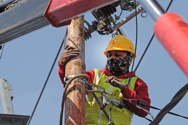 Petugas PLN memperbaiki jaringan listrik yang rusak di Palu, Sulawesi Tengah, Kamis (4/10/2018). - ANTARA/Basri Marzuki