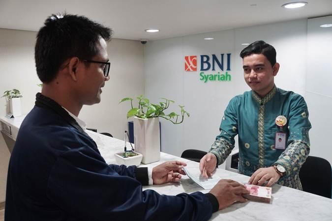 Karyawan melayani nasabah di salah satu kantor cabang Bank BNI Syariah (BNIS) di Jakarta, Senin (1/7/2019). - Bisnis/Himawan L Nugraha