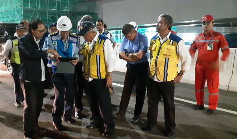 Menteri PUPR Basuki Hadimuljono (tengah, berompi kuning) tengah meninjau kesiapan Tol Layang Japek II Sebelum Diresmikan Presiden Joko Widodo. - Bisnis/Aprianus Doni