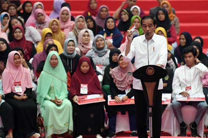 Presiden Joko Widodo berpidato dalam acara penyaluran bantuan sosial Program Keluarga Harapan (PKH) dan Bantuan Pangan Non Tunai (BPNT) tahun 2019 di Cibinong, Bogor, Jumat (22/2/2019). - ANTARA/Akbar Nugroho Gumay