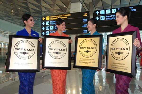 Pramugari Garuda Indonesia mengarak penghargaan yang baru saja diterima setibanya dari Prancis di Terminal 3 Bandara Soekarno Hatta, Tangerang, Banten, Jumat (23/6). - JIBI/Dedi Gunawan