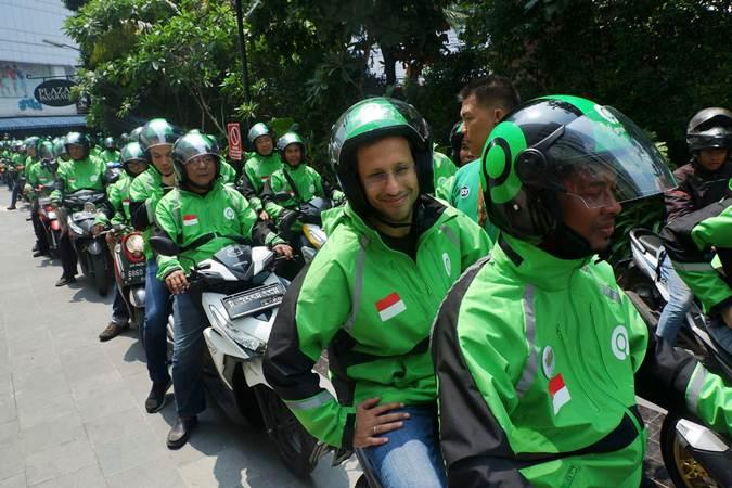 Founder Go-Jek Grup Nadiem Makarim (kedua kanan) saat bersiap melakukan konvoi usai peresmian logo baru Go-Jek di Jakarta, Senin (22/7/2019). - Bisnis/Nurul Hidayat