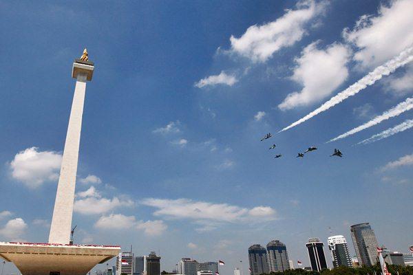 Atraksi pesawat tempur di kawasan Tugu Monas turut memeriahkan peringatan HUT ke-71 Kemerdekaan RI yang berlangsung di Istana Kepresidenan, Jakarta, Rabu (17/8/2016). - REUTERS/Iqro Rinaldi