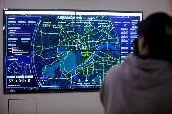 Seseorang memfilmkan layar yang menunjukkan data lalu lintas Kota Hangzhou. Sistem manajemen lalu lintas di Kota Hangzhou, Provinsi Zhejiang, China didukung Alibaba Cloud, China. - Reuters