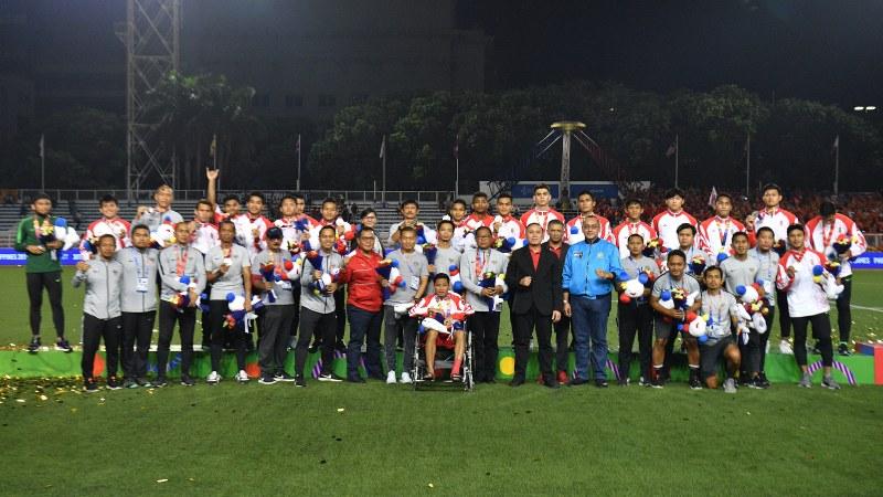 Para pemain Timnas U-22 Indonesia beserta ofisial dan pengurus PSSI berfoto bersama seusai meraih perak sepak bola putra SEA Games 2019 di Stadion Rizal Memorial, Manila, Filipina, Selasa (10/12/2019). Timnas U-22 Indonesia meraih medali perak setelah kalah 0-3 dari Vietnam. - ANTARA FOTO/Sigid Kurniawan