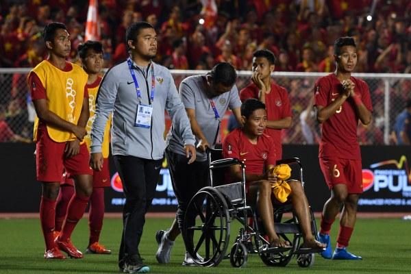 Sejumlah pemain Timnas U-22 Indonesia dan ofisial meninggalkan lapangan seusai kalah dari Timnas Vietnam dalam final sepak bola putra SEA Games 2019 di Stadion Rizal Memorial, Manila, Filipina, Selasa (10/12/2019). - ANTARA FOTO/Sigid Kurniawan