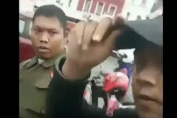 H (kanan) sedang melakukan persekusi terhadap anggota Banser - Youtube