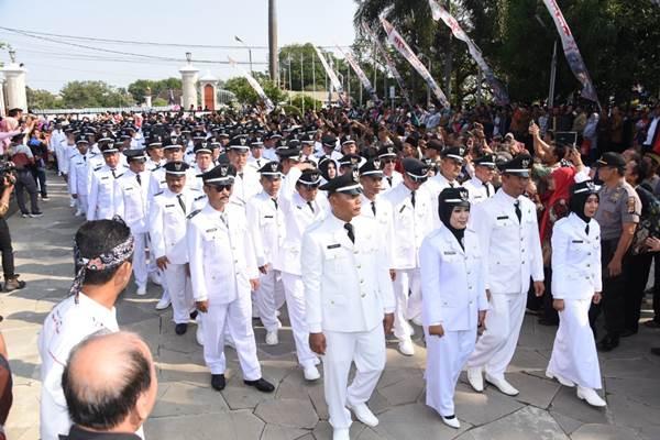 Para kepala desa di Jawa Barat berbaris mengikuti sebuah kegiatan. Jabar menargetkan jumlah Desa Maju dan BUMDes terus bertambah di 2020. - Bisnis/Wisnu Wage