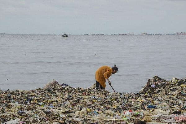 Warga beraktivitas di sekitar tumpukan sampah Pesisir laut Cilincing, Jakarta Utara, Selasa (10/12/2019). Sampah plastik yang menumpuk di sekitar pesisir laut Cilincing membahayakan kehidupan Biota Laut dan warga sekitar. - Antara/Fakhri Hermansyah