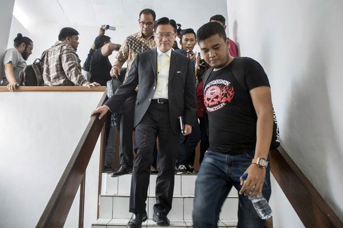 CEO Lippo Group James Riady (kedua kanan) berjalan keluar ruangan usai menjadi saksi sidang lanjutan kasus dugaan suap perizinan proyek Meikarta di Pengadilan Tipikor Bandung, Jawa Barat, Rabu (6/2/2019). - ANTARA/Novrian Arbi