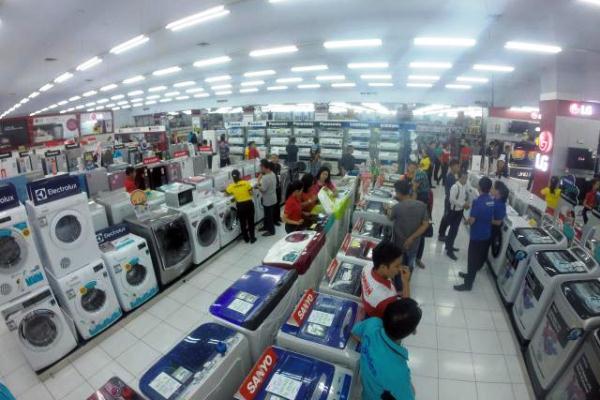 Pengunjung melihat barang elektronik disalah satu toko elektronik di Makassar (Bisnis - Paulus Tandi Bone)