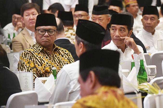 Presiden Joko Widodo (kanan) dan Ketua DPD Oesman Sapta Odang (kiri) saat acara berbuka puasa bersama anggota dan pimpinan DPD di kediaman Oesman Sapta Odang, di Jakarta, Rabu (15/5/2019). - ANTARA/Akbar Nugroho Gumay