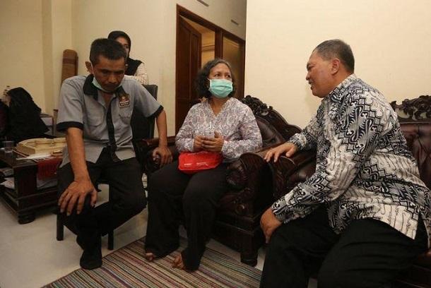 Oded saat menyambangi warga korban penggusuran Tamansari - Bisnis/Dea Andriyawan