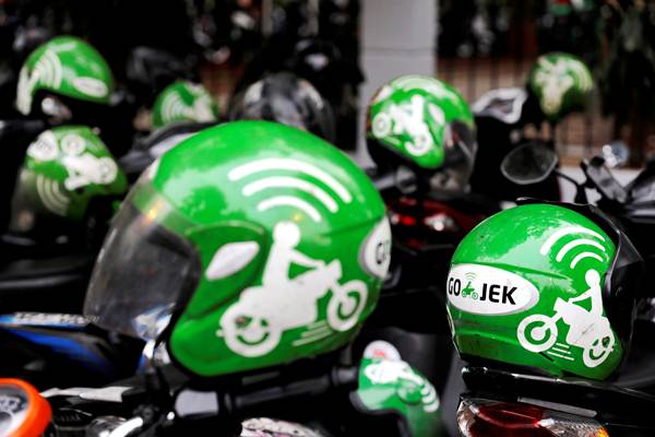 Ilustrasi helm milik pengemudi Gojek. - Reuters/Beawiharta