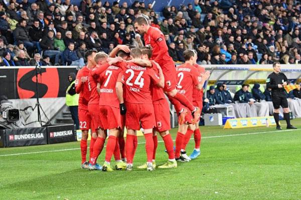 Para pemain Augsburg merayakan gol ke gawang Hoffenheim dalam pertandingan Bundesliga pada Sabtu (14/12/2019) - Twitter@FCAugsburg