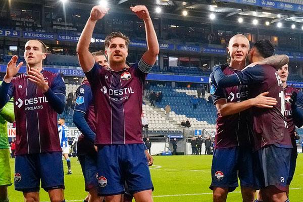 Para pemain Willem II Tilburg merayakan kemenangan atas Heerenveen. - Twitter@WillemII
