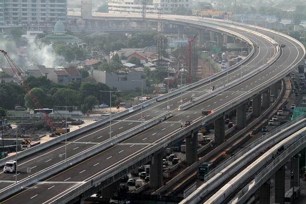 Kendaraan petugas pemelihara tol melintas di atas jalan Tol layang Jakarta-Cikampek II (Elevated) di Bekasi, Jawa Barat, Rabu (4/12/2019). - ANTARA FOTO/Risky Andrianto