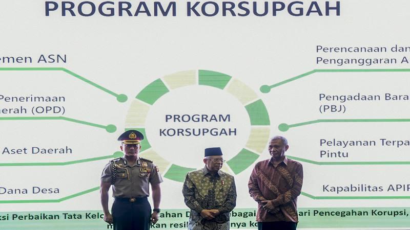 Wakil Presiden Ma'ruf Amin (tengah) bersama Ketua KPK Agus Rahardjo (kanan)  - Antara