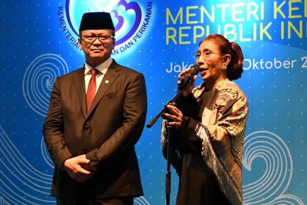 Mantan Menteri Kelautan dan Perikanan Susi Pudjiastuti (kanan) didampingi Menteri Kelautan dan Perikanan Edhy Prabowo, menyampaikan sambutan dalam acara serah terima jabatan (Sertijab) di Kantor Kementerian Kelautan dan Perikanan (KKP), Jakarta, Rabu (23/10/2019) - ANTARA FOTO/Aditya Pradana Putra