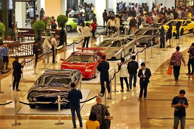 Pengunjung mengamati mobil Lamborghini yang dipamerkan pada ajang