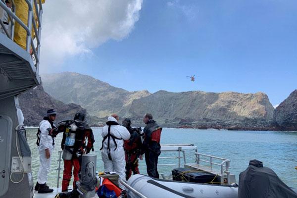 Anggota regu selam melakukan pencarian selama operasi penyelamatan di sekitar Pulau Putih, yang juga dikenal dengan nama Whakaari dalam bahasa suku asli Maori, pulau vulkanik di Selandia Baru yang meletus pekan lalu. - Reuters