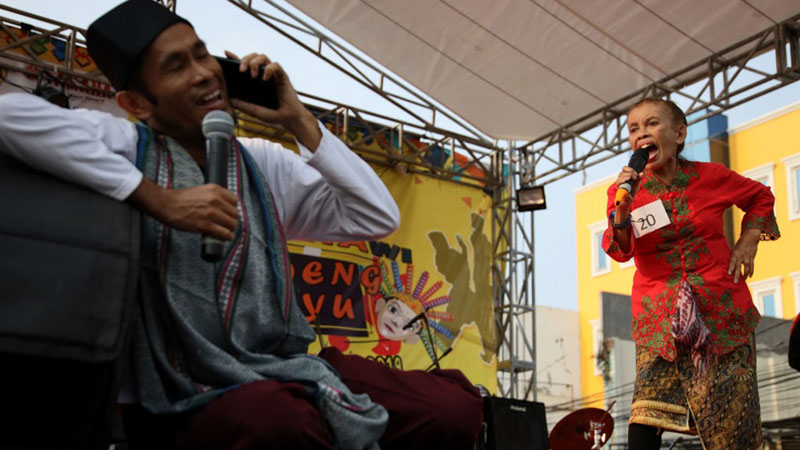 Para kontestan Festival Betawi Kampung Melayu saat mengikuti rangkaian perlombaan Adu Ngomel, di Jakarta. - Reuters/Yuddy Cahya Budiman