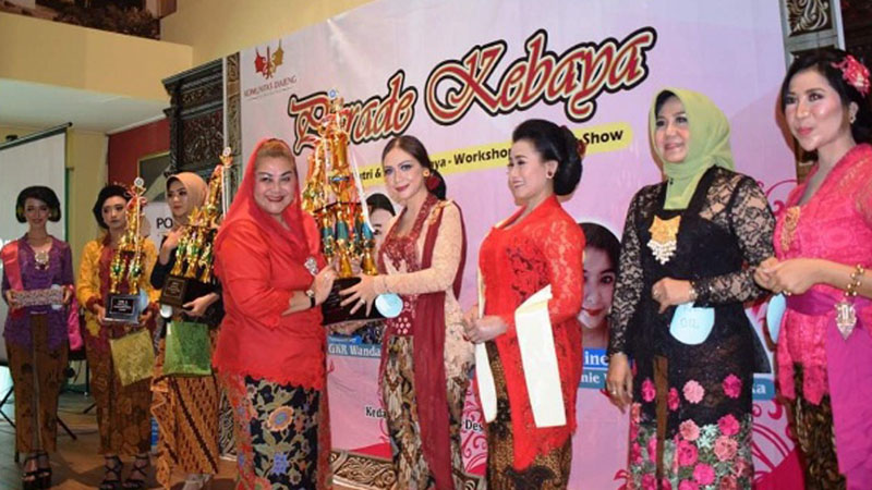 Wakil Wali Kota Semarang  Hevearita G. Rahayu menyerahkan piala bergilir kepada Juara Umum Ratu Kebaya KDS 2109 Dewi Diandini. - Istimewa