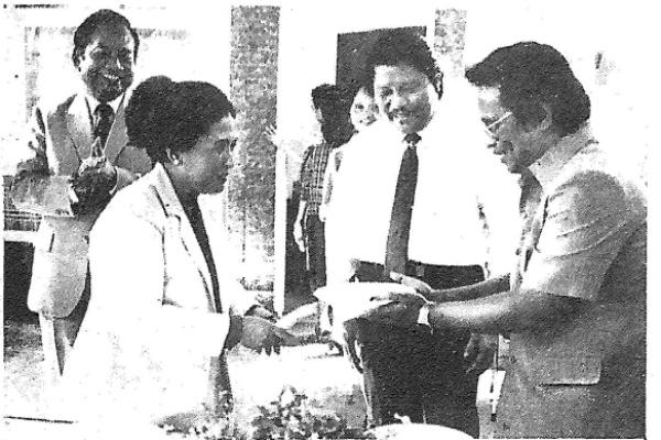 Pemimpin Umum Harian Bisnis Indonesia Sukamdani S. Gitosardjono (kiri) dan Ibu Juliah Sukamdani, Eric Samola, dan Shirato Syafei saat syukuran terbitnya Harian Bisnis Indonesia pertama kalinya
