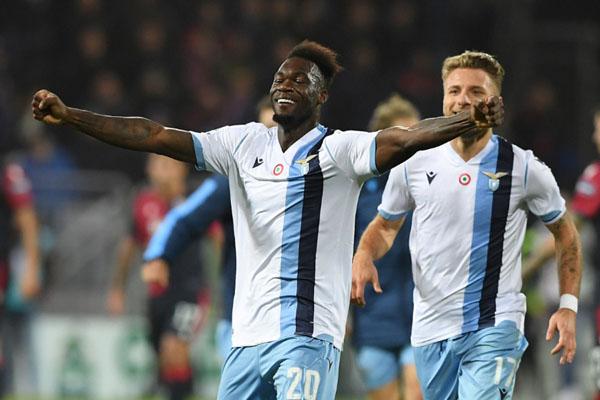 Penyerang Lazio Felipe Caicedo (kiri) setelah mencetak gol yang menentukan kemenangan timnya atas Cagliarim bersama top skor Ciro Immobile. - Reuters/Alberto Lingria