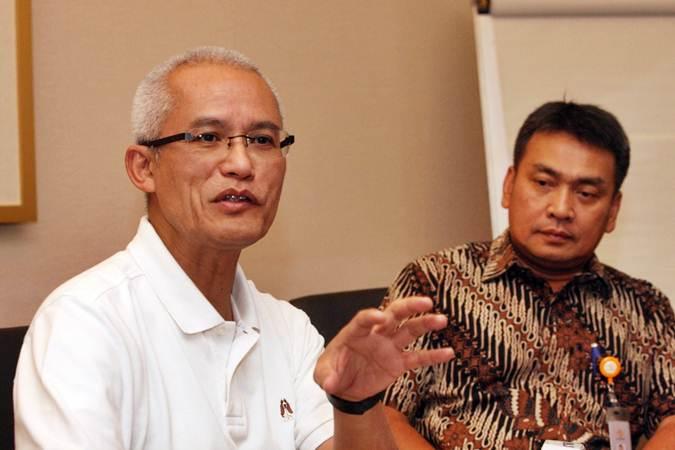 Direktur Utama PT Pos Indonesia, Gilarsi Setijono (kiri) didampingi Direktur Charles Sitorus memberikan penjelasan di Jakarta, Rabu (24/7/2019). - Bisnis/Dedi Gunawan