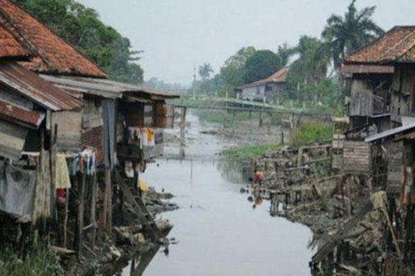 Permukiman kumuh di bantaran anak Sungai Musi di Palembang Sumatra Selatan. - Antara/Feny Selly